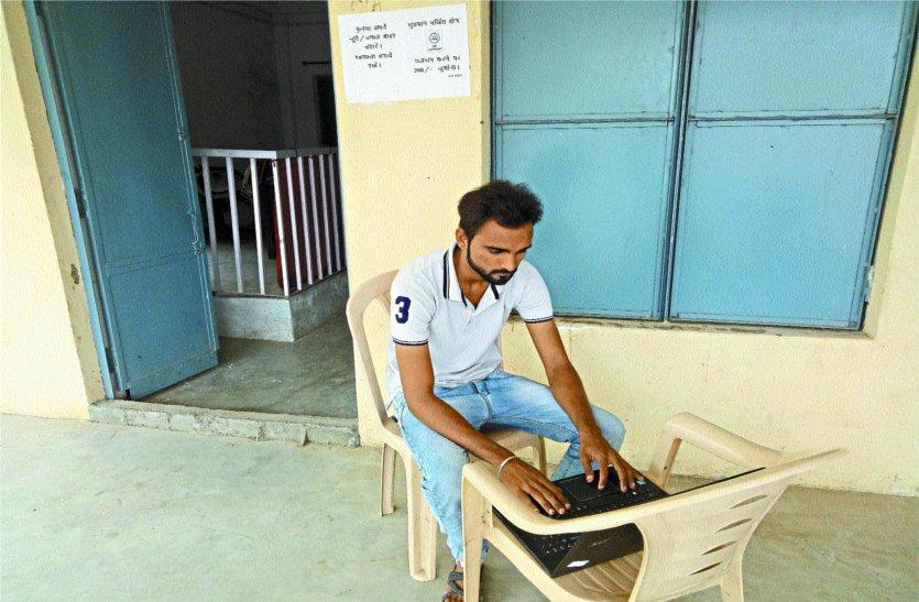 टप्पा कार्यालय का ऑपरेटर लैपटॉप लेकर नेटवर्क के लिए घूमता है सडक़ों पर