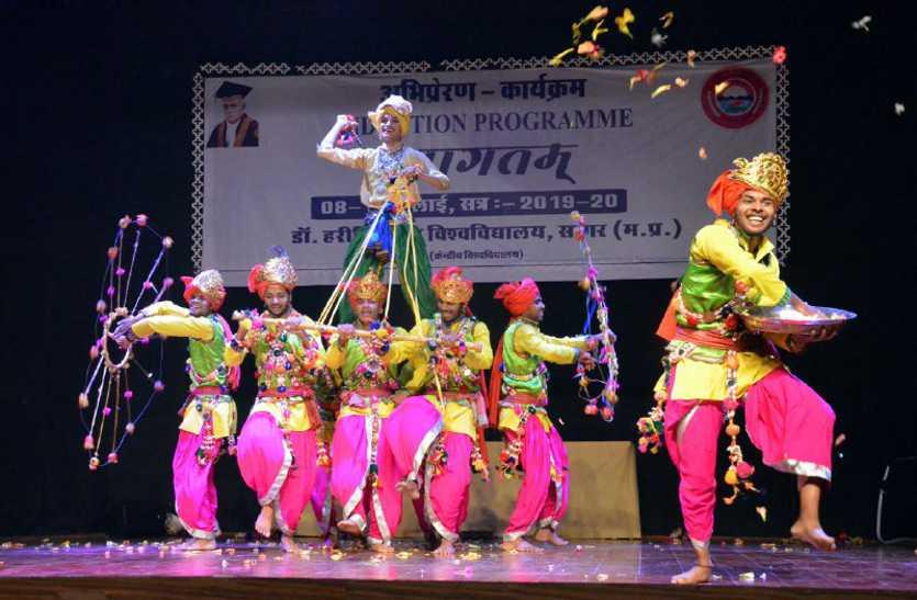 नए छात्रों ने दी सांस्कृतिक नृत्य की अनूठी प्रस्तुति