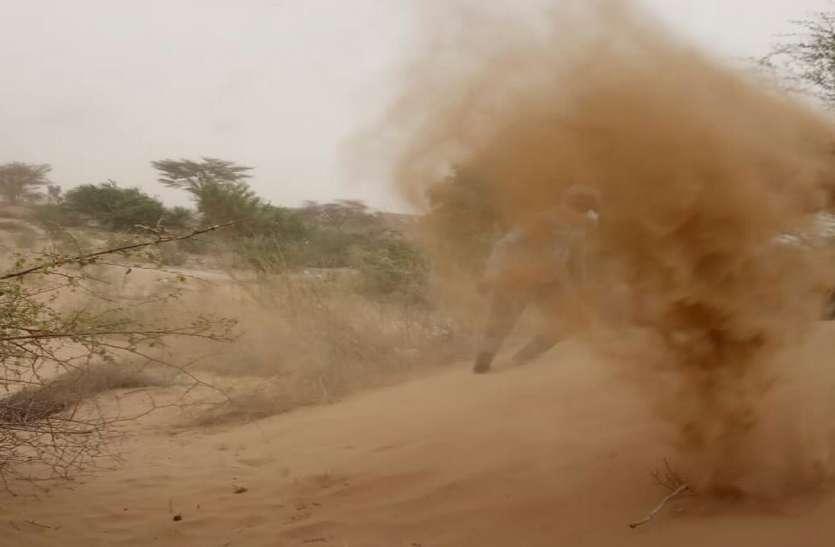 बीकानेर जिले में लगातार चल रही आंधी, बुआई किए खेतों में आंधी से उड़ गया बीज