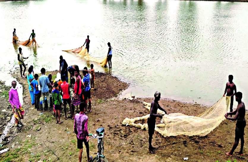 तालाब की लीज समाप्त फिर निकाली जा रही है मछली, ग्रामीण आक्रोशित