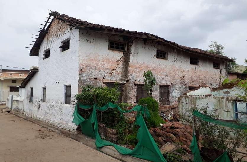 लहराती खपरैल की छत, तिरछी होती दीवारों के भवनों में हो रही विद्यार्थियों की पढ़ाई