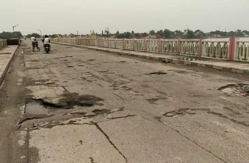 कांवड़ यात्रा को लेकर योगी सरकार की तैयारियों को आइना दिखा रहा अयोध्या का सरयू पुल