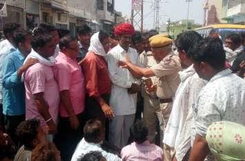 सरकारी भूमि पर अतिक्रमण से नाराज ग्रामीणों ने विधायक आवस के पास जाम लगा किया प्रदर्शन