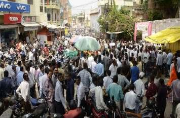 ढाई घंटे इंतजार के बाद शुरू हुई मंत्रीजी की क्लास, शिक्षकों की संख्या ज्यादा होने पर आधे सड़क पर खड़े रहे
