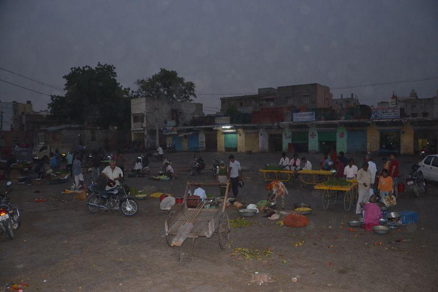 13 व्यापारी इच्छा से आए आगे, बाकी 100 व्यापारियों की दुकानें मंडी ने कब्जे में ली