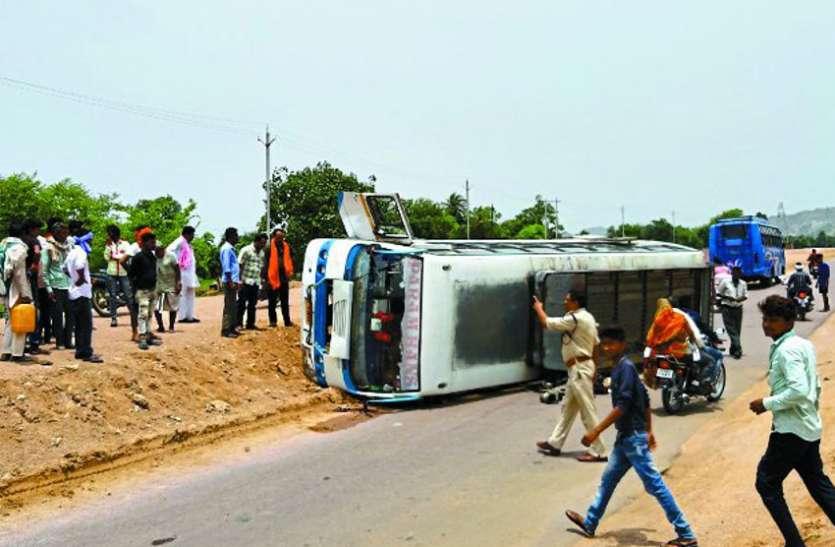हरपालपुर से नौगांव आ रही बस बेकाबू होकर पलटी, तीन घायल
