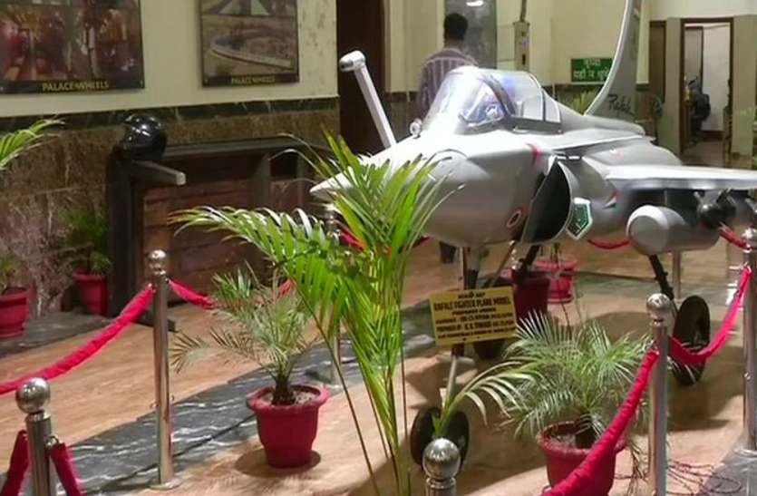 कबाड़ से रेलवे इंजीनियरों ने बनाया 10 फीट लंबा राफेल विमान का मॉडल