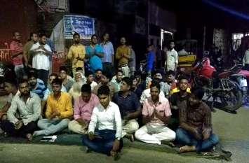 Sambhal: सड़कों पर नमाज के विरोध में हिन्दू संगठनों ने पढ़ी हनुमान चालीसा, पुलिस बनी रही मूक दर्शक