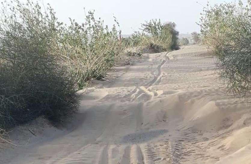 बॉर्डर के गांवों में सड़कों पर आ गए रेत के टीले, रास्ते बंद