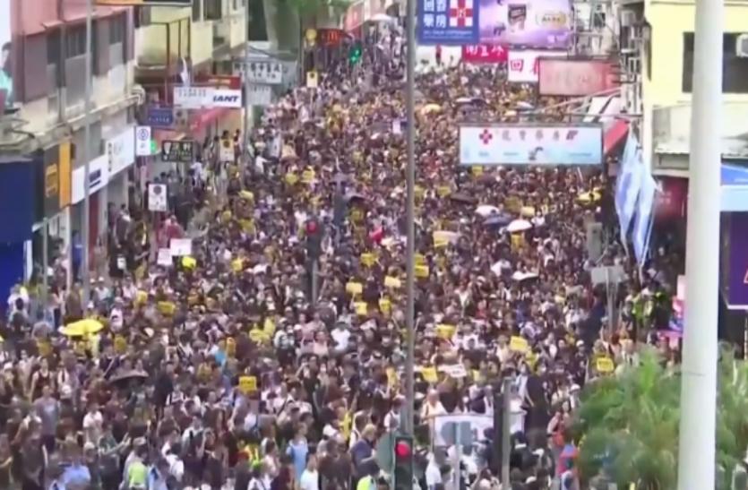हांगकांग में चीनी कारोबारियों के खिलाफ फूटा गुस्सा, पुलिस व प्रदर्शनकारियों के बीच हिंसक झड़प