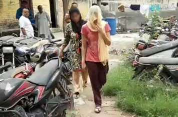 VIDEO: घर में अकेली मां-बेटी से दुष्कर्म और छेड़छाड़ की कोशिश, हंगामा