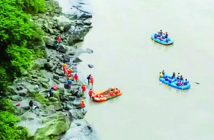4 घंटे बांध से पानी की निकासी रोकी, तीस्ता नदी में डूबी कार का चला पता, एक की लाश मिली 2 की तलाश जारी