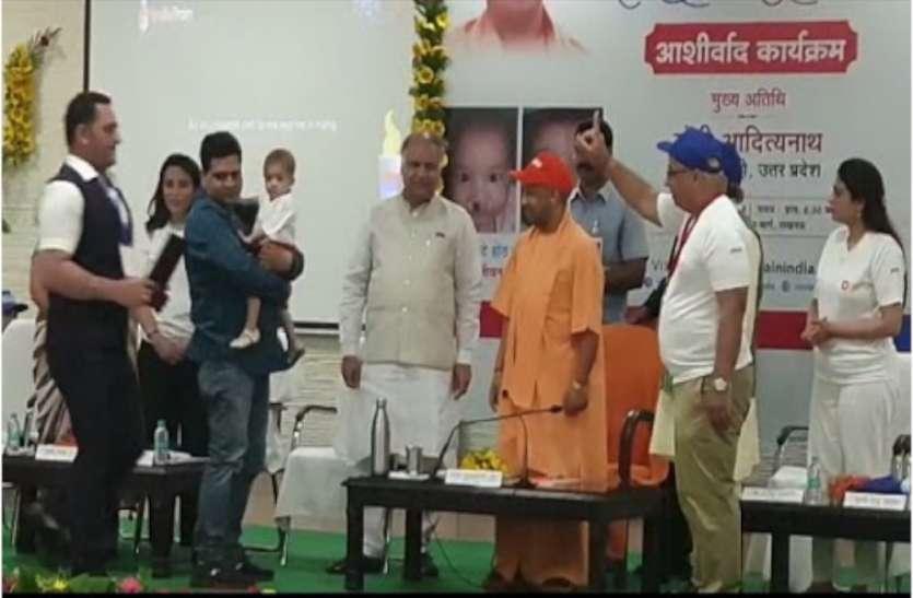 inaugurates smile mashal Jyoti कार्यक्रम में पहुंचे सीएम योगी ने कहा- डॉक्टर और मरीज के बीच भावात्मक भाव होना चाहिए