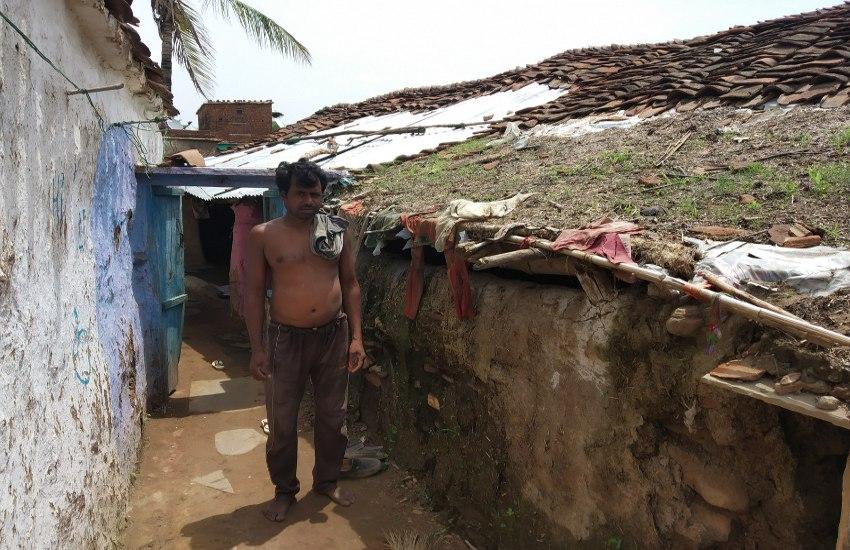 प्रधानमंत्री आवास योजना की राशि के इंतजार में ढही घर की दीवारें