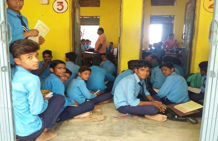 मजबूरी: चार कमरों में 400 बच्चों को एक साथ बैठाकर दी जा रही शिक्षा