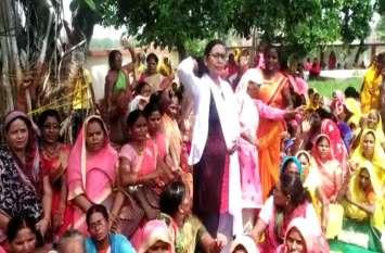 आंगनबाड़ी कार्यकत्रियों ने किया अनिश्चित कालीन प्रदर्शन, प्रियंका गांधी से मुलाकात के बाद गई थी नौकरी