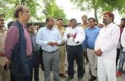 आजमगढ़ में बाढ़ क्षेत्रों में पहुंचे डीएम, अधिकारियों को दी हिदायत