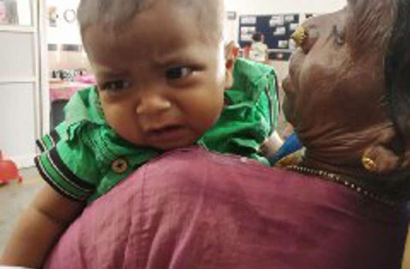 Video: अचानक बच्चे की रोने की आवाज सुन प्लेटफॉर्म पर मची हलचल