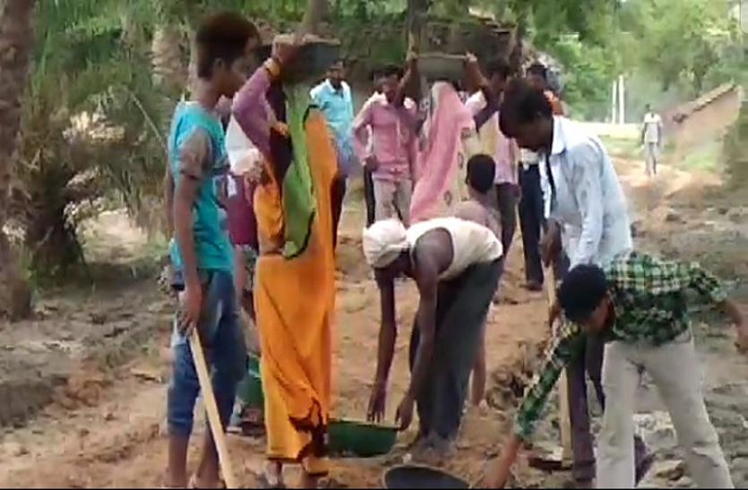 किसी ने नहीं सुनी तो ग्रामीणों ने अब खुद संभाली जिम्मेदारी