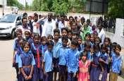स्कूल भवन व शिक्षकों की मांग को लेकर ७० किमी दूर से मुख्यालय पहुंचे बच्चे