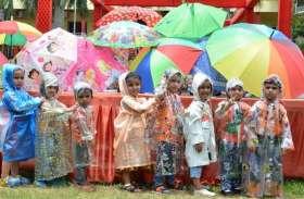 फोटो गैलरी: नन्हों ने समझाई बूंद-बूंद पानी की कीमत, अ्ब्रेला डांस रहा मजेदार