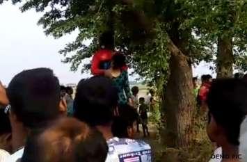 जंगल गया था फोटू मशरूम ढूंढने, मिल गई पेड़ पर लटकती हुई लड़का-लड़की की लाश