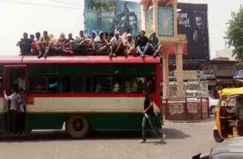 Mudiya Purnima बसों की छतों पर बैठ सफर कर रहे लोग, व्यवस्थाएं नाकाफी