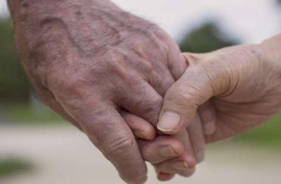 बुढ़ापे में पड़ोसन पर चढ़ा इश्क का ऐसा भूत, पति को छोड़ 65 वर्षीय बुजुर्ग से रचाई शादी