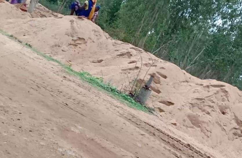 नदियों को छलनी कर रहे माफिया, एक दर्जन से ज्यादा रेत का अवैध भंडारण, अफसरों की मिलीभगत से सप्लाई हो रही रेत