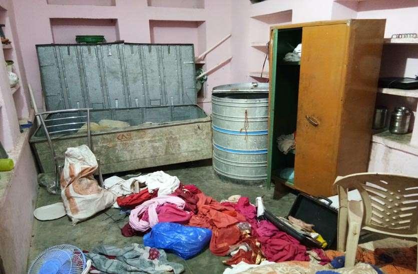 परिवारजन छत पर सोते रहे, चोरों ने नकदी व जेवरात पर किया हाथ साफ