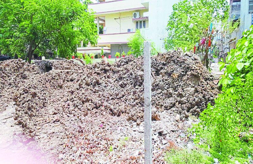 ड्रेनेज लाइन खोदी, मिट्टी घरों के सामने पटक दी