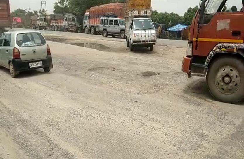 बरेली सीतापुर हाइवे पर नहीं रुक रहे हादसे, न जाने कब काम होगा पूरा