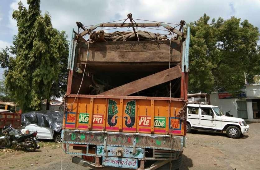 इस तरह सडक़ पर वाहन अड़ाकर पकड़ा गोवंश से भरा ट्रक, आप भी देखें