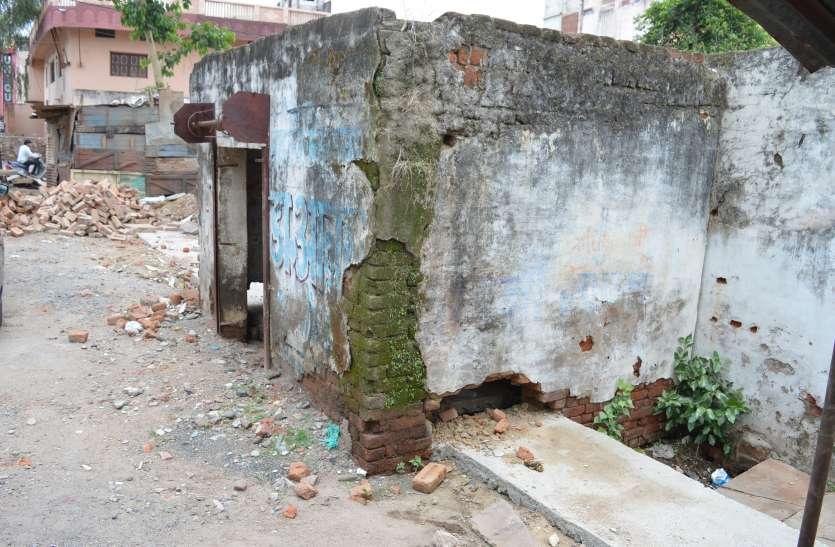 इंजीनियर का चौकाने वाला कारनामा, पक्के मकानों को हटाए बगैर भीतर से निकाल दिया नाला