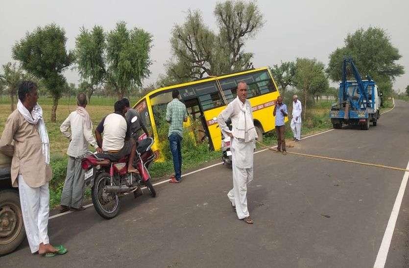 झुंझुनूं के इस गांव में स्कूली बस खाई में गिरी