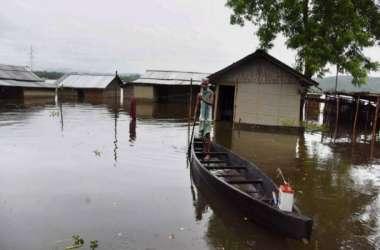 असम बाढ़: 2400 करोड़ की झोपडिय़ां और करोड़ों के मवेशी, 22 लाख परिवार बर्बाद