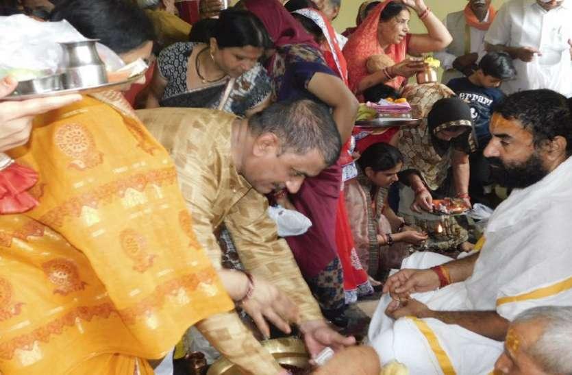 गुरु पूर्णिमा पर शिष्यों ने लिया गुरु मंत्र, मंदिरों में श्रद्धालुओं की सुबह से लगी है कतारें, देखें वीडियों