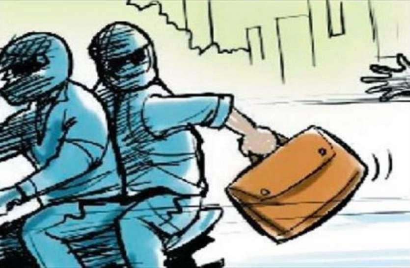 क्लब मालिक का मोबाइल और 30 हजार रुपए युवक-युवतियों ने छीने