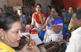 चन्द्रग्रहण से पहले मंदिरों में शुरू हुआ भजन-कीर्तन, महिलाओं ने बतायी यह बात