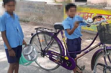 पढ़ाई-लिखाई बाद में, पहले करो ये काम, फिर छात्र साइकिल व बाल्टी लेकर निकल जाते हैं 200 मीटर दूर...