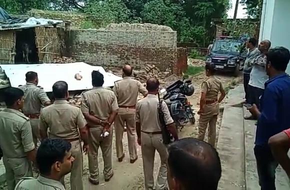 खुलेआम मचाया तांडव फिर गिराया मकान,पीड़ित परिवार की महिला को कमरे में किया कैद