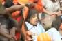 मुंबई हादसा: मौत से जंग लड़ रही महिला के लिए फरिश्ता बने NDRF के जवान, देखें VIDEO