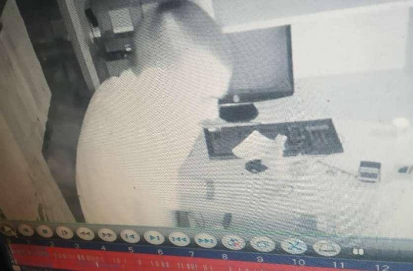 कैमरे पर गोबर फेंक बैंक में दाखिल हुए बदमाश