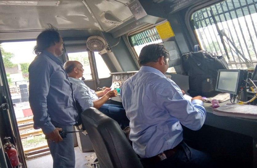 4500 रनिंग स्टाफ ने 24 घंटे उपवास रखकर पटरी पर दौड़ाई ट्रेन, आगे हड़ताल की दी चेतावनी ! ये हैं मांग
