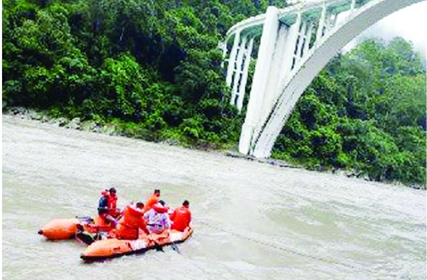 NDRFने तीस्ता नदी से कार निकालने से किया मना, नौसेना की मांगी मदद, बूंदी के युवकों का नहीं लगा सुराग