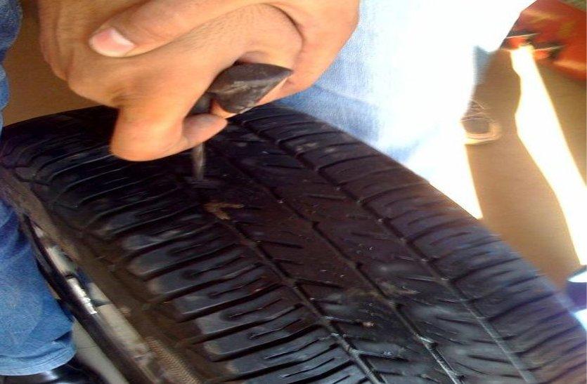 बदमाशों ने ट्यूबलेस टायर भी कर दिया पंक्चर, फोरलेन पर परिवार को बनाया निशाना