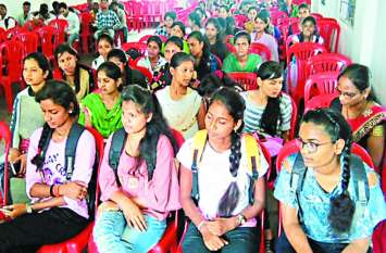 पढ़ाई लिखाई के बावजूद छत्तीसगढ़ की 32 हजार युवतियों को नहीं मिल रहा अपने पैरों पर खड़े होने का मौका