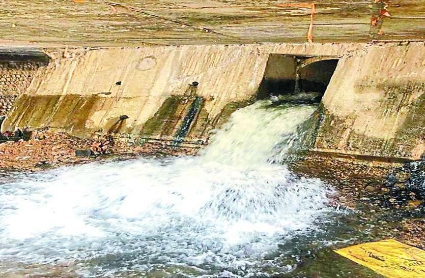बड़ा गणपति चौराहे पर सडक़ के नीचे बन गया पानी का तालाब