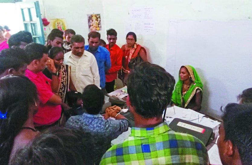 राशन कार्ड नवीनीकरण कराने की जल्दबाजी में आधार कार्ड बनाने उमड़ी जिला मुख्यालय में ग्रामीणों की भीड़