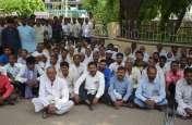 व्यापारी हत्याकाण्ड: आरोपितों की गिरफ्तारी के लिए धरने पर बैठे ग्रामीण